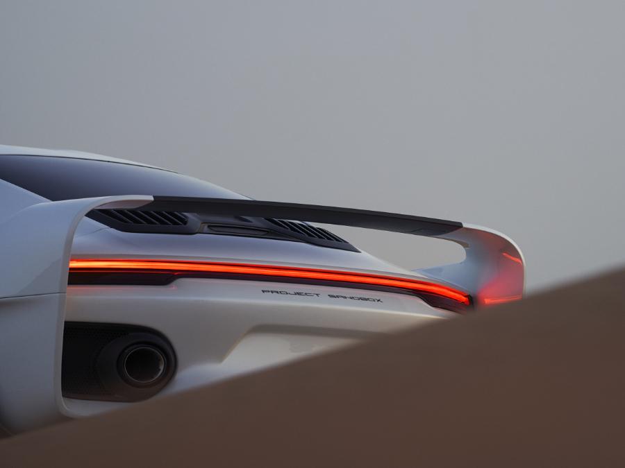 Rückansicht des Supersportwagen Marsien von Marc Philipp Gemballa in einer Wüste. Foto von Oskar Bakke